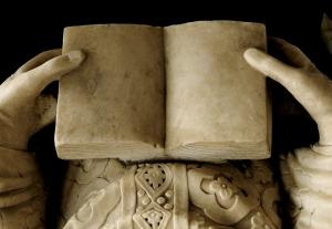 Arca di Sant'Agostino, particolare: libro tra le mani di Agostino morente