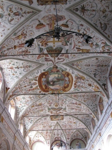 La splendida decorazione a grottesche delle volte porta la data del 1561