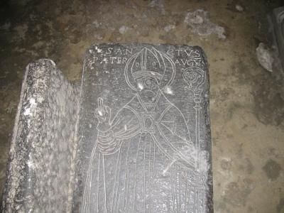 Lastra con incisa la figura di un vescovo e l'iscrizione relativa a sant'Agostino