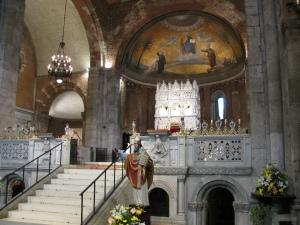 Il presbiterio e l'Arca di sant'Agostino
