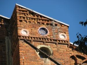 I bacini ceramici sulla facciata della Basilica (particolare). Gli originali si trovano ai Musei Civici