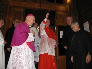 Il Cardinale Cláudio Hummes, O.F.M., Prefetto della Congregazione per il Clero, Arcivescovo emerito di São Paulo (Brasile) benedice i fedeli entrando nella Basilica di san Pietro in Ciel d'Oro