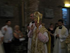 Il cardinale benedice i fedeli