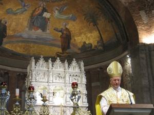 Il cardinale Hummes all'omelia. Sullo sfondo l'Arca di sant'Agostino