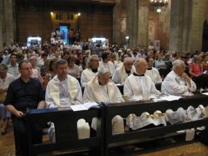 Clero e fedeli durante la celebrazione eucaristica
