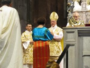 Il cardinale all'offertorio riceve il dono di un pellegrina di origine francese