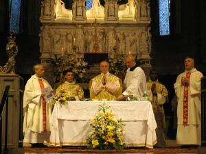 Il cardinale durante la celebrazione eucaristica. Concelebrano il padre priore generale Robert Prevost e il padre provinciale Gianfranco Casagrande