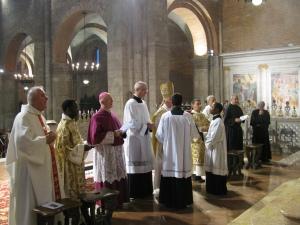 In preghiera davanti all'urna di sant'Agostino