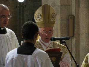Il cardinale legge la preghiera a sant'Agostino