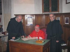 Il cardinale Hummes firma il registro degli ospiti illustri della Basilica. A fianco il padre provinciale Gianfranco Casagrande e il padre priore Giustino Casciano