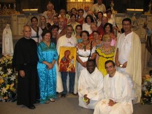 Padre Robert Prevost, priore generale dell'Ordine di sant'Agostino, con un gruppo di pellegrini francofoni
