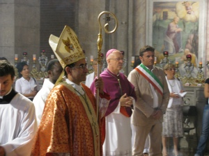 Vescovo mons. Delpini, Vescovo di Pavia mons. Giudici, Vicesindaco di Pavia Gianmarco Centinaio assistono al'esposizione delle reliquie