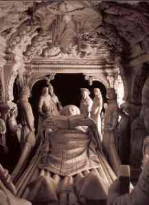 Agostino giace circondato da figure di santi, vescovi e pontefici