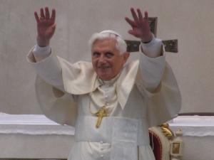 Il Santo Padre mentre saluta i fedeli