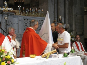 Consegna dello stendardo durante la celebrazione eucaristica