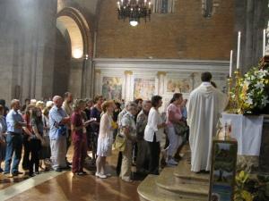 Fedeli in coda per venerare le reliquie