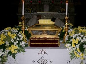 L'urna di cristallo contenente le reliquie di sant'Agostino durante un'esposizione