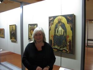 Susanna Zatti accanto al pannello del polittico trecentesco