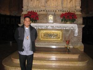 S.E. Mons. Gilbert A. Garcera, vescovo di Daet, Filippine, davanti alla Tomba di Sant'Agostino