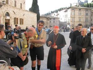 Il cardinale Angelo Bagnasco mentre incontra i capi dell'Associazione Guide e Scouts d'Europa Cattolici