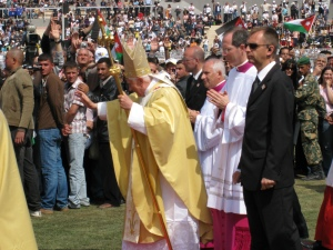 Benedetto XVI durante la S. Messa ad Amman, nel corso della sua visita pastorale a Terra Santa, maggio 2009