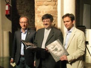 Il presidente della Provincia Vittorio Poma, il curatore della mostra don Giuseppe Bolis, il sindaco di Pavia Alessandro Cattaneo