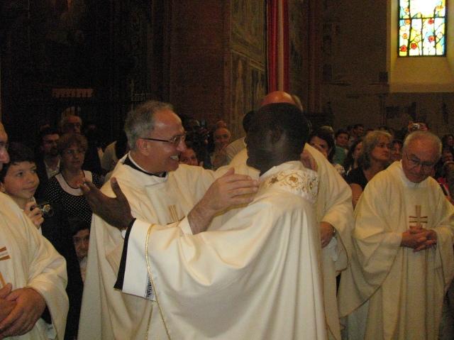 Padre Giustino Casciano abbraccia padre Abel Kavunu appena consacrato sacerdote