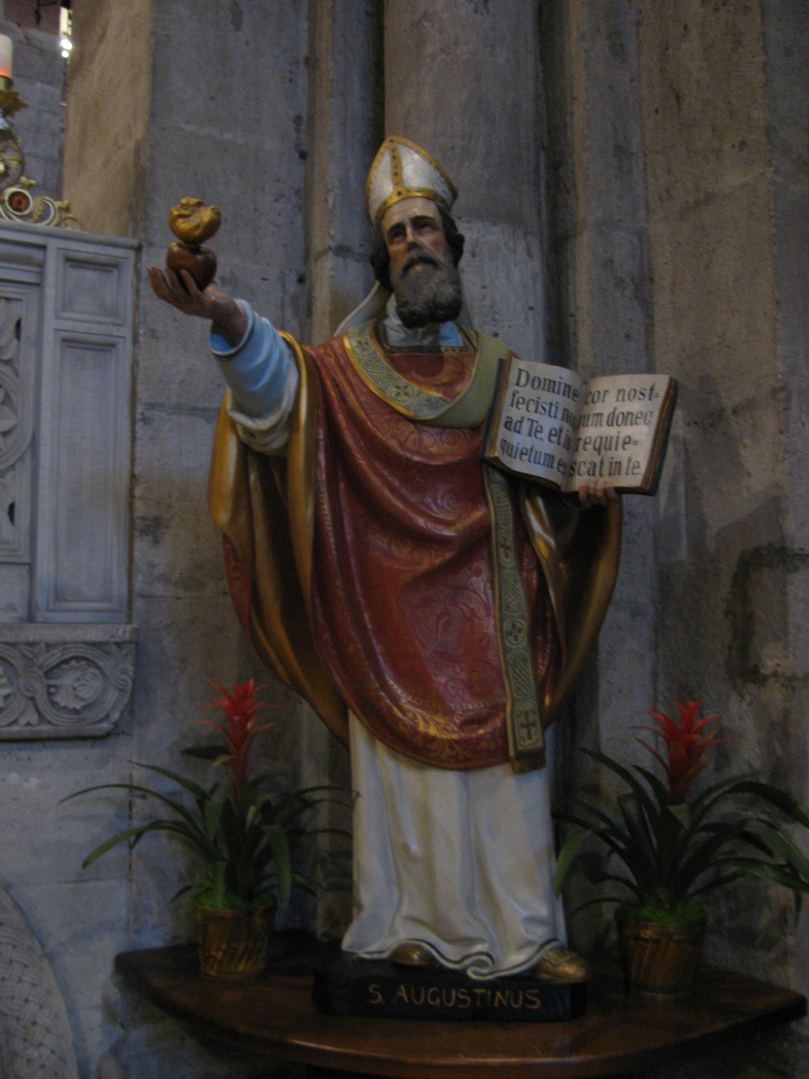 Statua di Sant'Agostino all'interno della Basilica di San Pietro in Ciel d'Oro