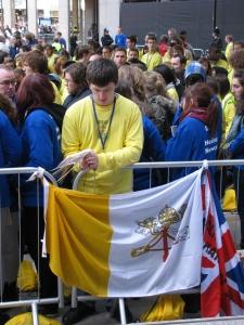 Un giovane si prepara all'incontro con il Papa - Londra, Visita Papale, settembre 2010