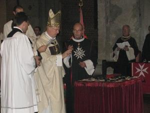Il vescovo di Pavia benedice le vesti dei cavalieri dello SMOM