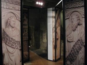 L'allestimento della mostra nella cripta della Cattedrale di Pavia