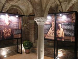 Allestimento della mostra dedicata a Sant'Agostino nella cripta della Cattedrale di Pavia