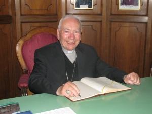 S.E. Monsignor Coccopalmerio mentre firma il libro dei visitatori della Basilica di San Pietro in Ciel d'Oro
