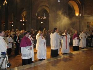 XLIV Settimana Agostiniana Pavese: monsignor Giudici prega davanti alla tomba di Sant'Agostino
