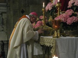 Il Vescovo di Tortona, monsignor Martino Canessa, rende omaggio alle spoglie di Sant'Agostino