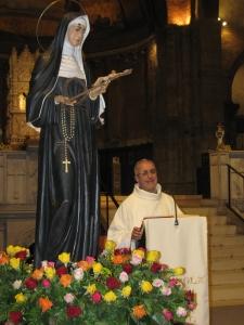 Padre Giustino Casciano accanto alla statua di Santa Rita