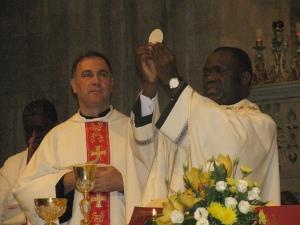 Padre Luciano mentre concelebra con Padre Abel in San Pietro in Ciel d'Oro
