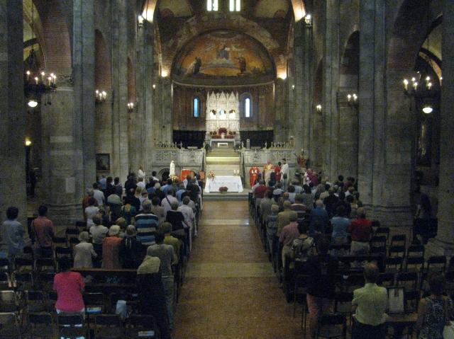 La Basilica di San Pietro in Ciel d'Oro gremita