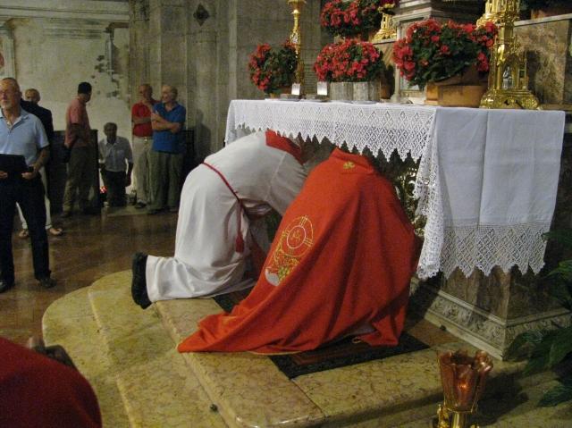 Apertura della grata che protegge l'urna con il corpo di Sant'Agostino