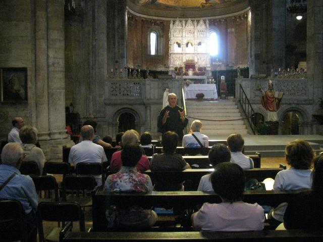 Padre Giustino illustra ai fedeli la storia della Basilica
