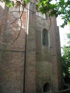Architettura esterna lato destro della Basilica di San Pietro in Ciel d'Oro