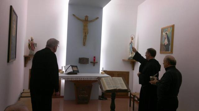 Nella foto Padre Luciano De Michieli, Provinciale d'Italia, benedice la cappella