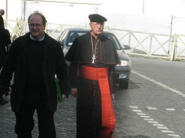 Il cardinale Prosper Grech, OSA, all'uscita della prima Congregazione generale dei cardinali in Vaticano