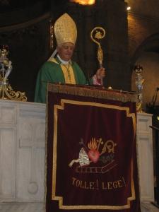 Il vescovo di ivrea, mons. Edoardo Cerrato , durante l'omelia