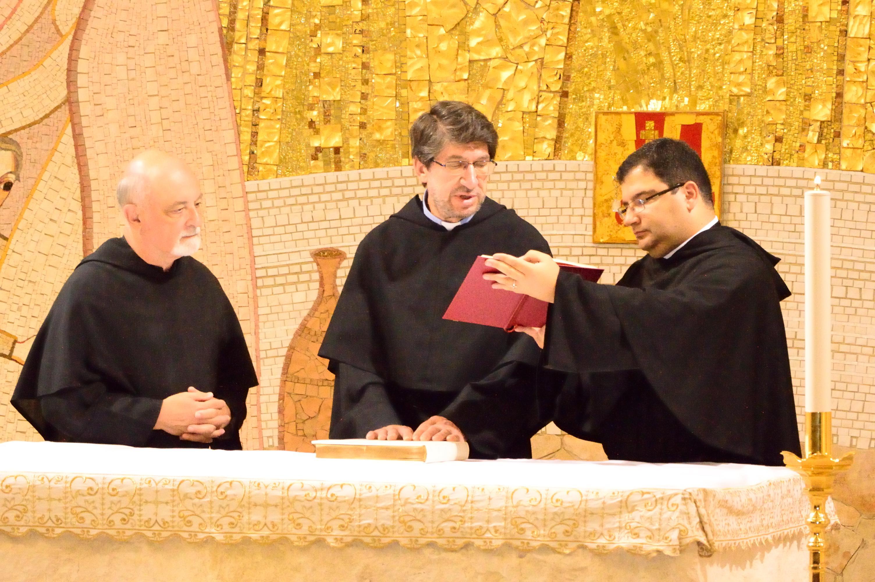 Padre Alejandro Moral mentre fa la professione di fede di fronte al CApitolo che lo ha appena eletto