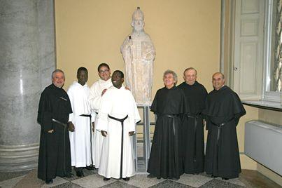 Il Noviziato di Pavia di fronte alla statua di Sant'Agostino
