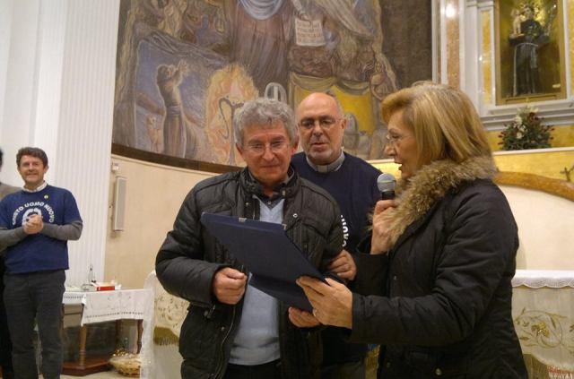 La consegna della targa a Padre Giovanni Lenzi