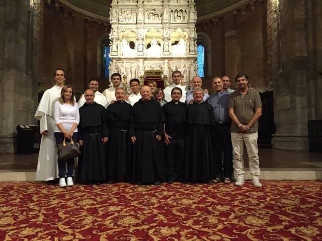 Novizi e frati agostiniani davanti all'Arca di Sant'Agostino