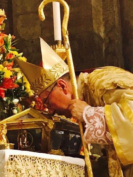 Il cardinale Parolin rende omaggio al corpo di Sant'Agostino (foto Padre Giovanni Lenzi)